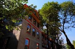 四川大学志德堂是当年华西协合大学建筑群中的代表作之一,位于人民南路三段17号四川大学华西校区内,建筑面积3430㎡,建成于1915年,是华西校区的第七教学楼。作为成都市目前寥寥无几的民国时期中国文化名人聚集地遗存和教育建筑遗存之一,志德堂具有非常丰富的历史文化内涵和十分重要的纪念意义。