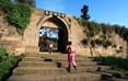 梦幻奇峰云顶寨距县城20公里,坐落于海拔530米的云顶山上,寨墙全长1640米,通高7.5米,面宽3至4米,有6道寨门,是保存完整的古城堡。