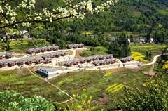 灾后恢复重建中,荥经县规划建设56个新村聚居点,将农房重建、农业产业发展和新农村建设同步推进。依据区位特点、特色资源、历史文化和现有基础,高品位规划、高标准建设,发展乡村旅游,促进生态观光农业、乡村文化旅游融合发展。