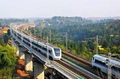"""成都作为丝绸之路经济带和长江经济带的结合点,是国家新一轮向西开发开放的枢纽城市。随着更多高速公路、高速铁路、航空线路投入使用,成都已悄然成为贯通南北、连接东西、通江达海的西部综合交通枢纽。        从7月1日起,成都铁路局执行新的列车运行图,西南动车组喜添""""新成员""""—— 17对出川动车组的开行将拉近成都、重庆与我国东、中部发达城市之间的时空距离,出川旅客将拥有旅行时间更短、服务更优质、乘车体验更舒适的新的出行选择。沪汉蓉铁路也在7月1日起投运,从此成都到上海仅需要15小时。"""