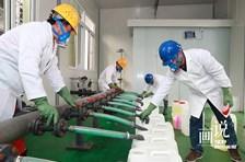 四川彭州:元宵节坚守岗位 满负荷生产满足防疫需求