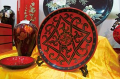 """成都漆艺是我国最早的漆艺之一,现存于成都市青羊区,属中国四大漆器之一。成都漆器又称""""卤漆"""",历史悠久,以精美华丽、光泽细润、图彩绚丽而著称。"""