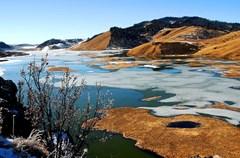 """凉山为川西南山地的一部分,地势西北高、东南低,境内地貌复杂多样,高山、深谷、平原、盆地、丘陵相互交错。由于地形的多样性,凉山彝族自治州内各地都明显呈现出立体气候:高海拔地区是冰雪寒冷,低海拔地区则是阳光温暖,形成高度上的""""冰火两重天"""";北边冷南边暖,西边寒东边温,这是经纬度上的""""冰火两重天""""。"""