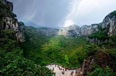 """兴文因全县石林、溶洞遍及十六个乡,有""""石海洞乡""""的美誉。五亿年的地质变迁,孕育了兴文石海气势磅礴的地表石海、纵横交错的地下溶洞和世界级规模的巨大天坑,三绝荟萃,被中外专家鉴定命名为""""兴文式喀斯特"""",神奇绝世。这里的乌骨鸡、玉兰片、方笋、猕猴桃、甜苦笋、葛粉、苗家米酒等物美价廉,享誉四方,既是寻常百姓的餐桌美味,也是旅游者馈赠亲友的购物佳品。"""