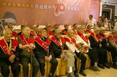 """""""和平万岁!人民万岁!""""9月3日,纪念中国人民抗日战争暨世界反法西斯战争胜利70周年大会在北京隆重举行。纳溪区抗战老兵、退伍士兵、机关、社区、农村等各界群众通过各种形式观看阅兵仪式。"""