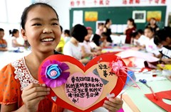 第31个教师节来临,四川省华蓥市双河二小的学生将自己用废弃物品亲手制作的贺卡等礼物送给老师,表达感恩之情。