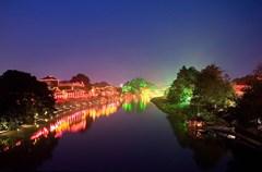 """平乐古镇最早的历史,应该与商贸和交通有关。始于汉代的""""南方丝绸之路"""",就经过邛崃平乐古镇,将蜀地所产的丝绸运往遥远的印度。"""