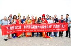 """由四川省旅游局主办的""""行南丝绸之路·游大熊猫家乡——欧洲熊猫粉丝四川探亲之旅""""大型跨国自驾旅游营销活动一行来自欧洲6国的10位国际友人,历时两个多月,于8月18日抵达素有天下雄关之称的剑门蜀道剑门关景区。"""