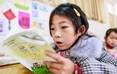 双河二小二年级一班享受教育扶贫政策兜底的贫困学生代嘉欣,在朗读课文。