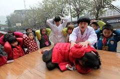 2015年1月5日,四川省泸州市龙马潭区莲花池街道的社区医务人员给江北小学的农民工子女讲解示范踩踏自救的相关技巧。