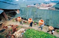 桂花土陶制作起源于明代,彭州桂花镇的传统制陶工艺有着400多年的历史,这里气候温和、雨量充沛、土质细腻,非常适宜晾晒陶坯。