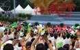演出现场热情的观众挥舞着手中的熊猫玩偶